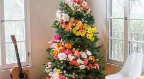Des sapins décorés avec des fleurs pour un Noël plus beau