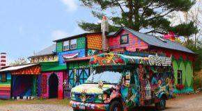 Une maison incroyablement décorée au milieu de la forêt!