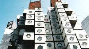 Un hôtel capsule à Tokyo avec des images qui montrent une dure réalité