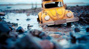 Des voitures miniatures dans des mises en scène réalisées par Kim Leuenberger