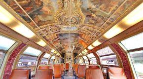 Un train de la SNCF décoré avec le look du château de Versailles