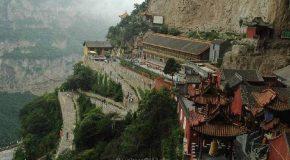 Visite vertigineuse et spectaculaire d'un village suspendu en Chine!