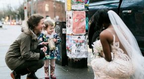 Une petite fille agréablement surprise en voyant une mariée dans la rue
