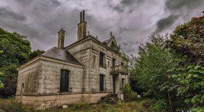 Une vieille maison abandonnée surprend par son décor intérieur!