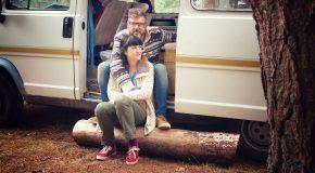 Après la mort de leur bébé, ils retrouvent le bonheur dans un camping car