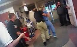 Alex Wubbles, l'infirmière qui fait face à la police.