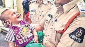 Un bébé de quatre mois sourit aux policiers qui l'avaient sauvé