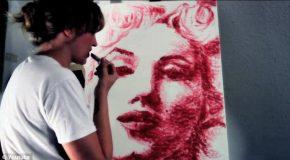 Elle peint les plus incroyables portraits avec ses lèvres