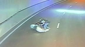 Un motard attaqué par un matelas qui avait fui d'un camion