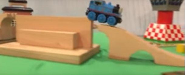 Une locomotive-jouet très à l'aise sur un circuit en bois