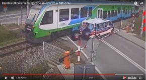 Une ambulance prise au piège à un passage à niveau, heureusement sans gravité!