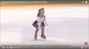 Une petite fille de deux ans fait du patinage artistique