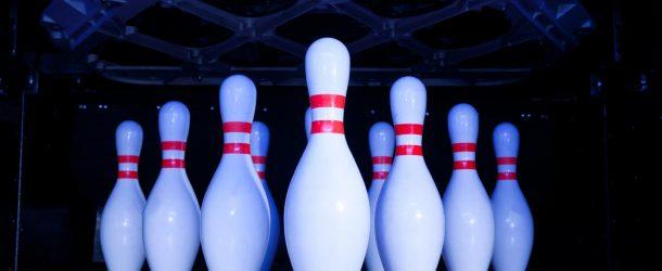 Une partie de bowling avec un incident spectaculaire