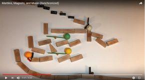 Il réalise un jeu de billes très amusant sur fond de musique classique