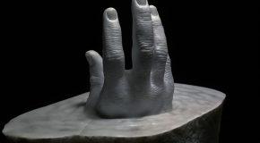 Il réalise de fines sculptures en pierre et c'est un plaisir à découvrir