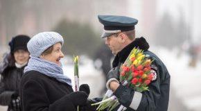 Des policiers offrent des tulipes aux femmes à l'occasion de la journée des femmes