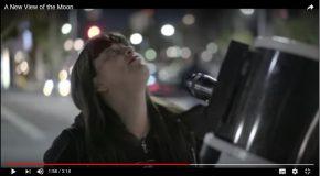 Un télescope dans les rues de Los Angeles permet aux passants de regarder la lune