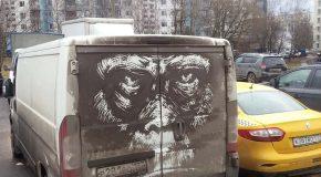 Un artiste Russe dessine sur les véhicules sales pour un changement de décor
