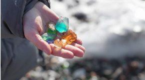 Une plage recycle les débris de verre d'une usine pour en faire des galets