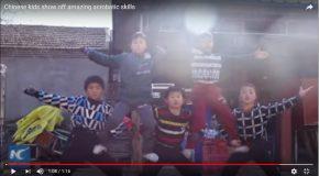 Des enfants acrobates dans une démonstration en groupe!