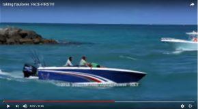 Un homme imprudent sur un bateau heureusement ses amis sont là!