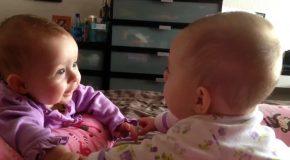 Un amour fraternel très exceptionnel, bébés jumelles qui se tiennent la main et se parlent.