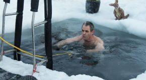 La folle tradition du bain glacé pour l'arrivée du solstice d'été.