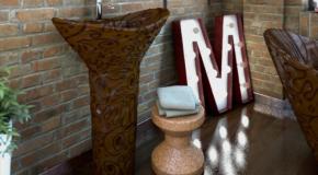 Une salle de bain entièrement réalisée avec du chocolat!