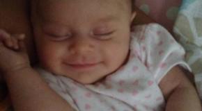 Quand Bébé dort en souriant! Images trop craquantes!