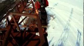 Un homme va sauter du haut d'une grue géante, c'est flippant et ça fait froid dans le dos.