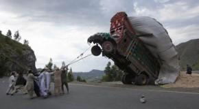 Quand on charge trop de choses sur nos véhicules, les accidents et les mauvaises passes sont inévitables
